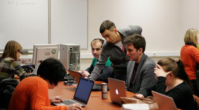 Максим Уваров помогает студентам учебного центра Unibrains справиться с домашним заданием